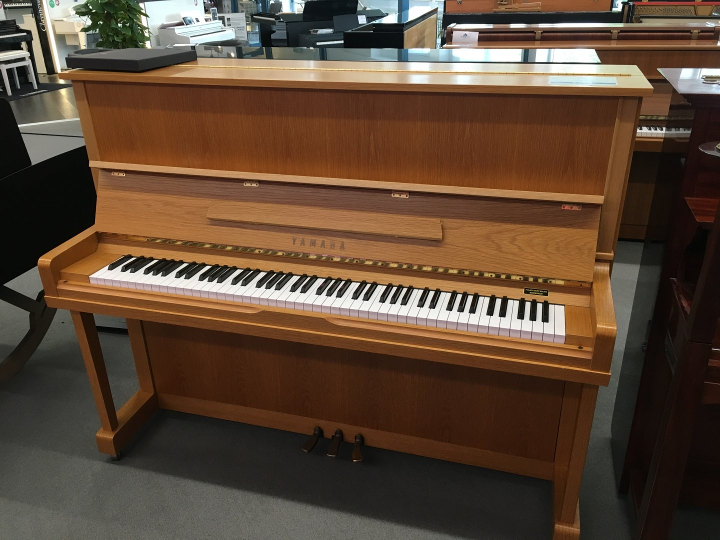 Yamaha U1N von 1977 in Oak matt